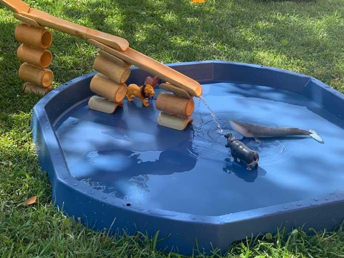 bandeja sensorial tuff tray con agua